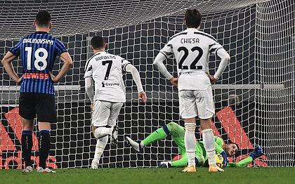 Cristiano Ronaldo bateu mal e o goleiro Gollini defendeu