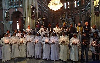 Paquistaneses cristãos e muçulmanos seguram velas em homenagem às vítimas de explosão de bomba no Sri Lanka na Igreja Catedral do sagrado coração em Lahore.