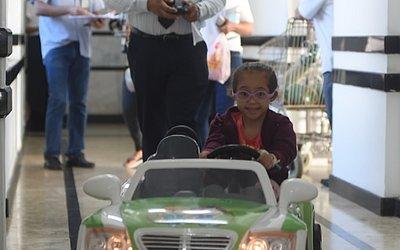Ariele, 3, levada ao ambulatório por um carrinho elétrico, guiado por Mendes.
