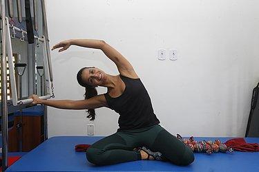 Exercício: Mermaid (sereia). O movimento mobiliza a coluna em flexão lateral. O uso da Centopeia permite trabalhar pontos de tensão na região pélvica, o que é muito comum entre os alunos.