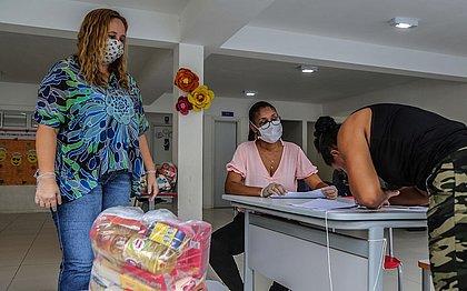 Alunos, famílias em situação de vulnerabilidade e profissionais liberais são beneficiados com doações de cesta básica em Salvador