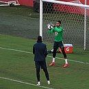 Lucas Arcanjo participa de treino com Taffarel, preparador, e Cássio, de costas