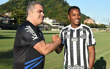 Orlando Rollo e Robinho posaram para fotos durante a apresentação do atacante no CT do Santos