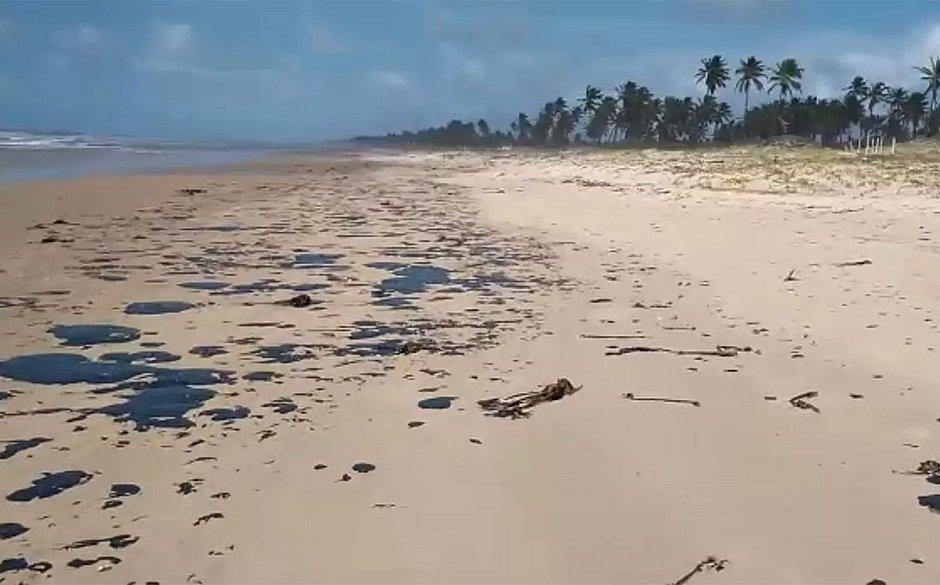 Manchas de óleo que atingem litoral nordestino chegam à Bahia