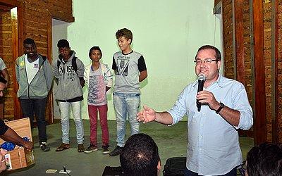 Prefeito Leonardo Dourado com os estudantes vencedores do hackaton