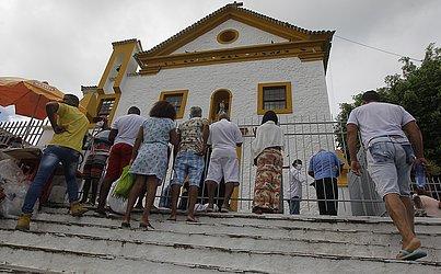 Devotos enfrentaram filas e, quem não conseguiu entrar na missa, fez os pedidos na porta da Igreja de São Lázaro e São Roque.