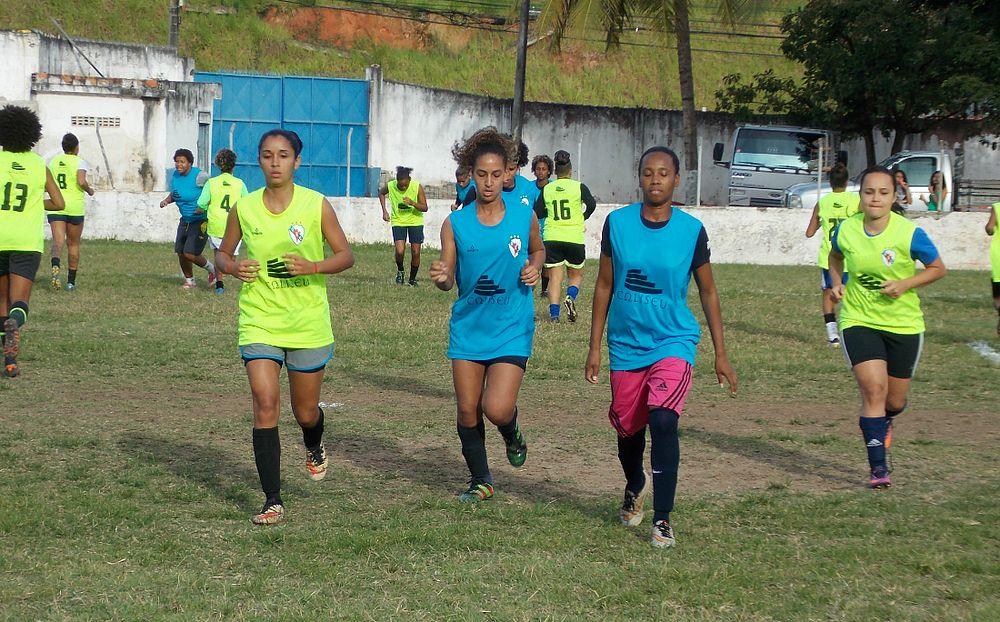 Jogadoras do Galícia treinavam para a estreia, mas clube desistiu da disputa (Foto: Hilton Oliveira / Galícia EC)