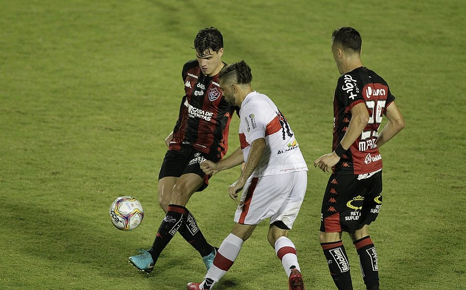 Vico e Matheus Frizzo em lance de disputa de bola com Diego Torres