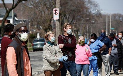 EUA: pessoas totalmente vacinadas poderão frequentar locais fechados sem máscara