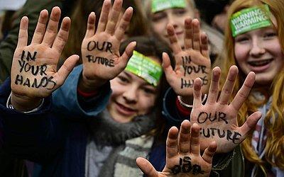 """""""Nosso futuro em suas mãos"""" escritos nas crianças de Berlim."""