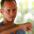 Guerra exibe tatuagem com o nome do irmão, que morreu em 2008