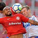 Rodrigo Moledo e Douglas Grolli disputam jogada durante a derrota do Bahia para o Internacional