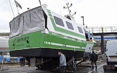 """Trabalhadores franceses reparam o barco """"L'Epervier que foi roubado por migrantes na busca pela travessia do Canal da Mancha."""