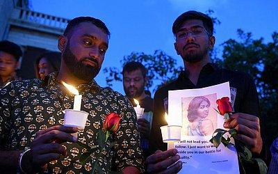 Ativistas dos direitos humanos participam de uma vigília em Bangalore, como parte do dia de Internacional dos Trangênero, em memória daqueles que morreram vítimas da  transfobia.