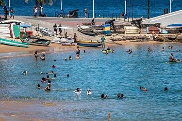Decreto da Prefeitura autoriza a frequência a praias somente para a prática de esportes individuais no mar.