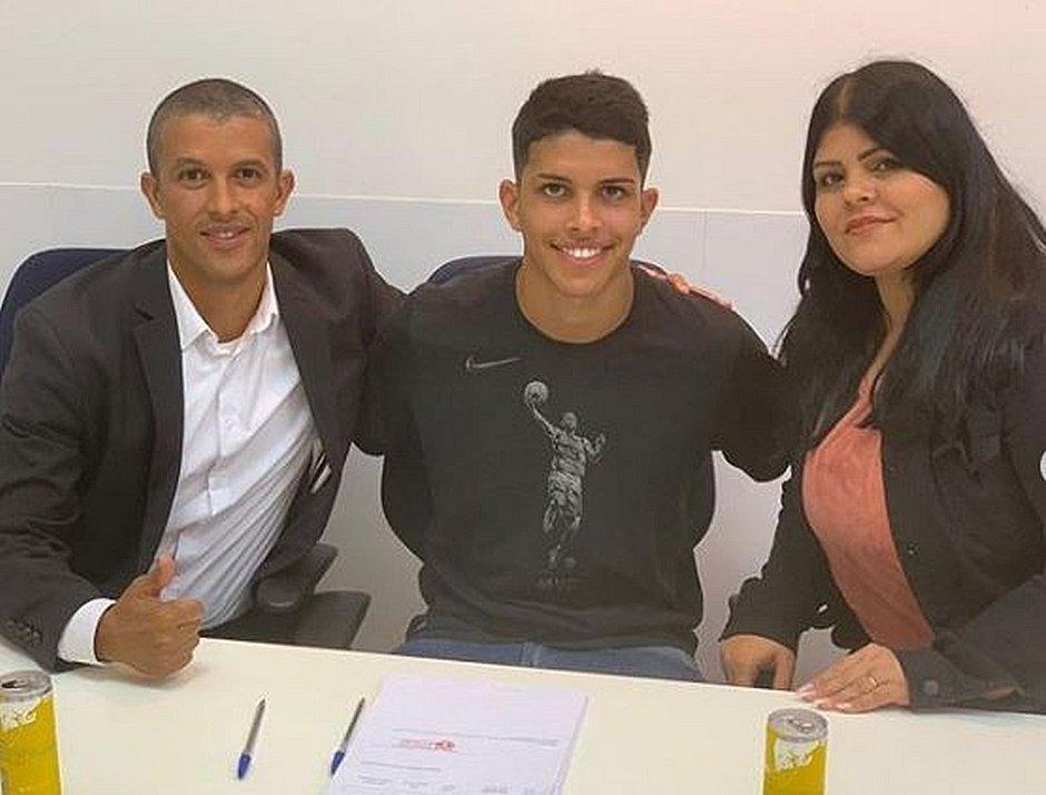 Felipe posa para foto ao lado da mãe e do empresário Will Farias
