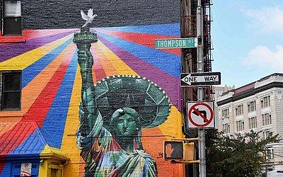 Mural pintado pelo artista de rua brasileiro Eduardo Kobra em New York City.