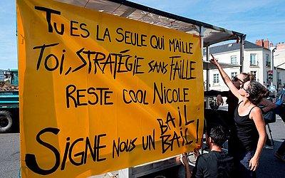 Manifestação a favor das chamadas ZADs (Zonas a serem preservadas) em frente à prefeitura de Nantes para defender o local onde foi embargada a construção de um aeroporto à oeste da cidade.