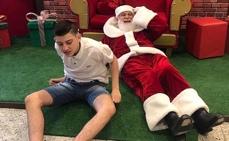Papai Noel se joga em chão de shopping para animar menino autista