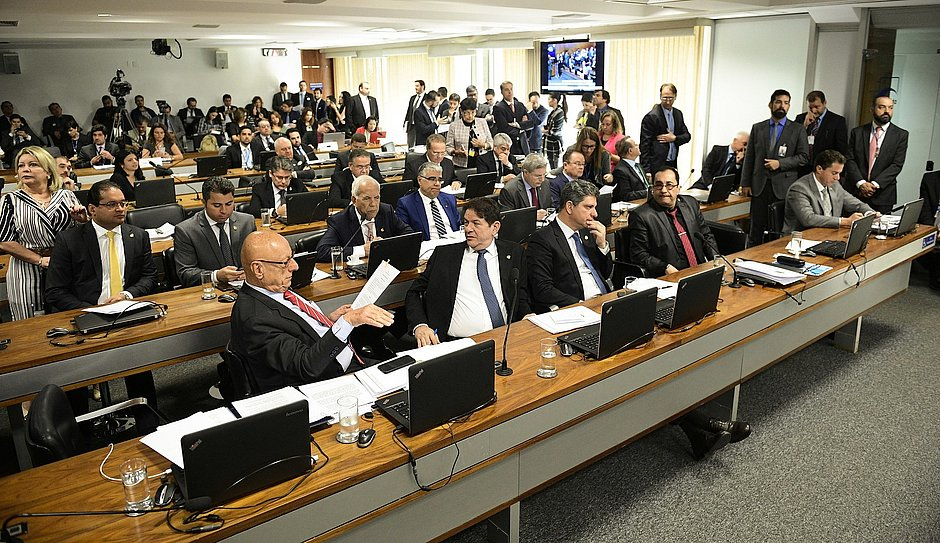 Senadores reunidos em sessão da CCJ  (Foto: Pedro França/Agência Senado)
