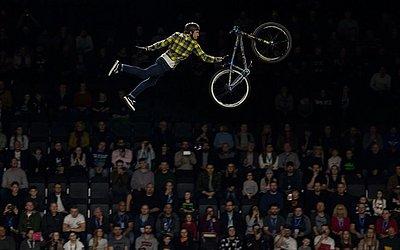 Pilotos de moto Freestyle realizam acrobacias na Arena Manchester Arena na Tour dos Nitro Circus em Manchester, norte da Inglaterra.