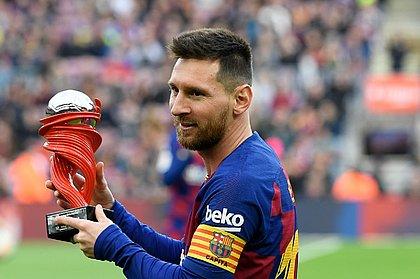 Messi com o troféu de melhor jogador da Espanha em 2019