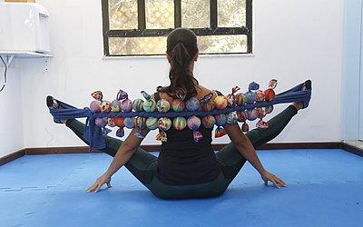 Exercício avançado para que alunos sejam desafiados no alongamento. Requer controle de centro (abdômen), equilíbrio e alinhamento de coluna. A Centopeia ajuda na sustentação das pernas e da coluna.