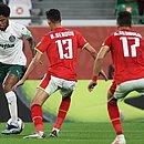 Luiz Adriano em lance de disputa de bola contra marcadores do Al Ahly