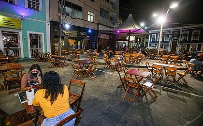 Movimento tímido e clientes sem máscara nos bares no primeiro dia de retomada