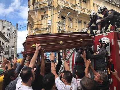 Cortejo com trios marca despedida de Orlando Tapajós no Centro de Salvador