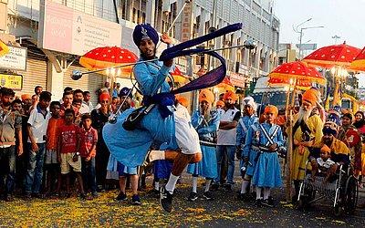 Indianos Sikhs demonstram suas habilidades em artes marciais durante a procissão sagrada em Secunderabad, como parte das celebrações que marcam 549ª aniversário de nascimento do guru fundador Sri Guru Nanak Dev.