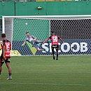 Lucas Cândido observa o gol de empate, assinalado por Thiago Carleto
