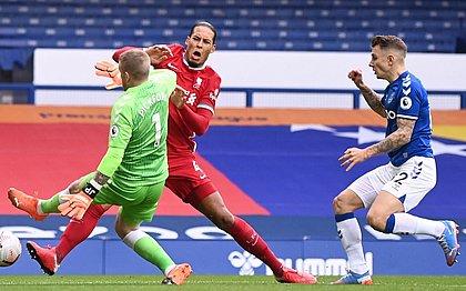 Entrada de Pickford em Van Dijk aconteceu no clássico entre Everton e Liverpool no sábado (17)