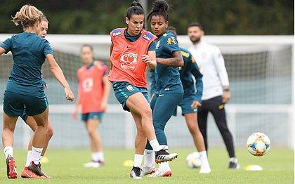 Meia Thaisa (colete) treina com a seleção brasileira em Lille, na França