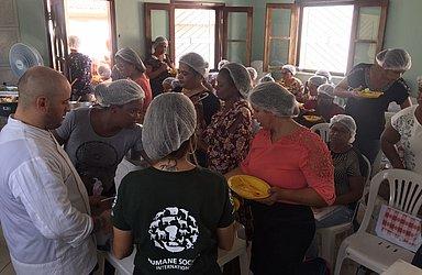 Merendeiras provam refeição do novo cardárpio, com tutoria do chef André Vieland