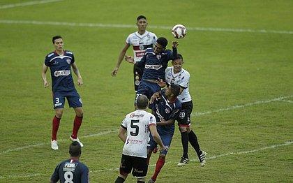 Jogadores de Bahia de Feira e Atlético de Alagoinhas durante primeira final do Baiano, no estádio Carneirão