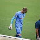 Douglas ao deixar o campo machucado na partida contra o Ceará na Fonte Nova