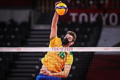 Lucão, de máscara, ataca bola em jogo do Brasil