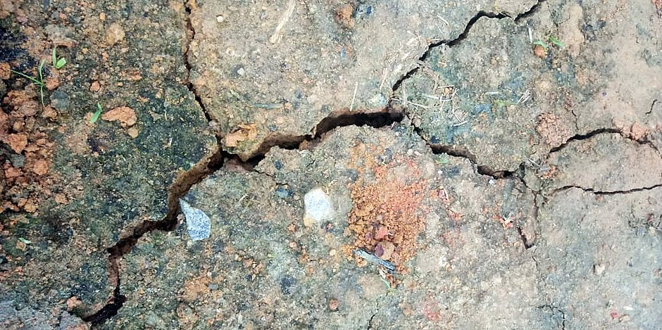 Parte de solo rachado após terremoto em Mutuípe