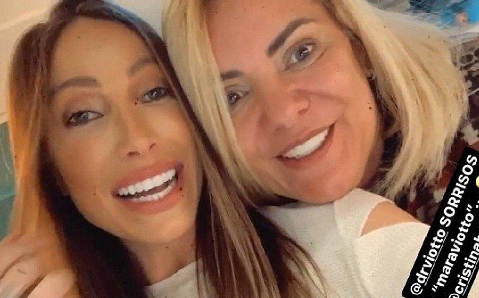 Namorada de filho 04 de Bolsonaro presenteia sogra com 'dentes novos'