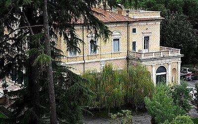 Nunciatura do Vaticano, a embaixada da Itália em Roma. Fragmentos de ossos foram encontrados durante o trabalho de construção. A imprensa italiana têm especulado que talvez sejam de uma adolescente de 15 anos que desapareceu em 1983.