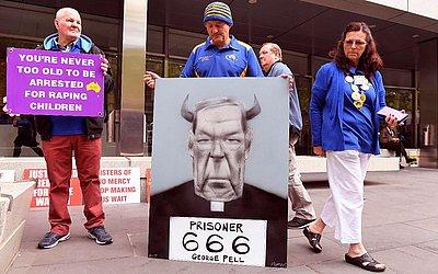 Sobreviventes de abuso por integrantes da Igreja Católica fazem manifestação na porta do tribunal onde será lida a condenação do Cardeal George Pell que foi considerado culpado de crimes sexuais históricos de crianças em Melbourne.