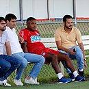 Diego Cerri (2º à esquerda) junto com o presidente Guilherme Bellintani, o técnico Roger Machado e o vice Vitor Ferraz no Fazendão