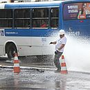 Rompimento de tubulação provocou vazamento no Dique do Tororó, em Salvador, em abril