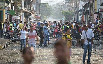 Venezuelanos esperam em Urena, a abertura da fronteira com a  Colômbia. O líder de oposição e auto-declarado presidente Juan Guaido está em Bogotá para conversações com os aliados para buscar medidas que visem a deposição de Maduro.