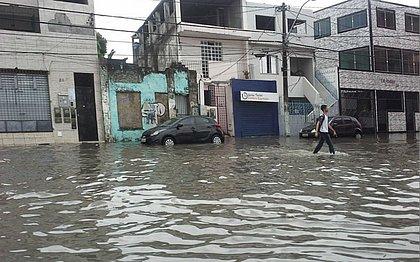 Estudante caminha pelo bairro do Uruguai