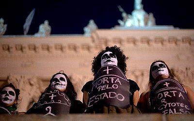 Ativistas a favor da legalização do aborto manifestam-se em frente a  Assembleia Legislativa do Rio de Janeiro. (ALERJ).