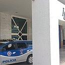 Policiais militares na frente do hotel na manhã desta quinta (16)