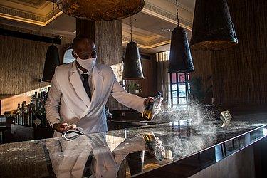 Barman higieniza bar com peróxido de hidrogênio, solução que não estraga móveis