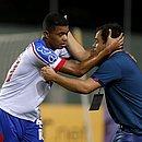 Dado comemora com o garoto Marcelo. Atacante do time de transição entrou no segundo tempo e marcou dois gols